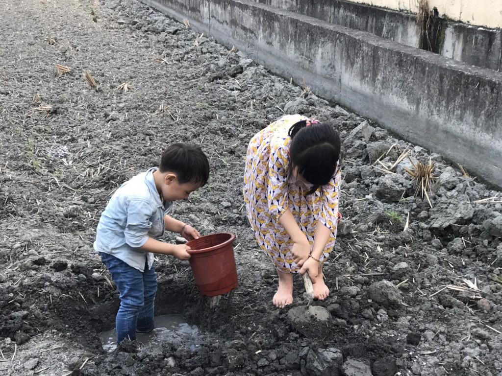 王士忠醫師提醒家長們,親近大自然固然美好,建議避免赤腳接觸泥土,以免遭受寄生蟲害。(彰基兒童醫院 / 資料照片)