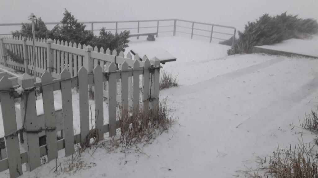 玉山8日上午出現降雪(圖片提供:中央氣象局)