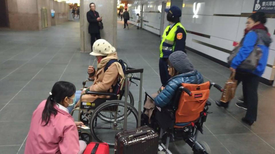 台北鐵路警察協助僱主及越籍移工,高鐵人員推來輪椅供僱主及移工休息(圖片翻攝自鐵路警察局臺北分駐所臉書)