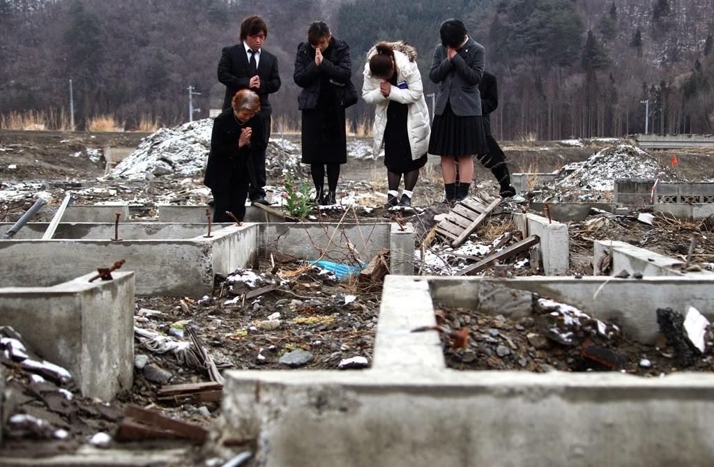 福島核災事件後,日本民眾前往當地祈福。 (美聯社)