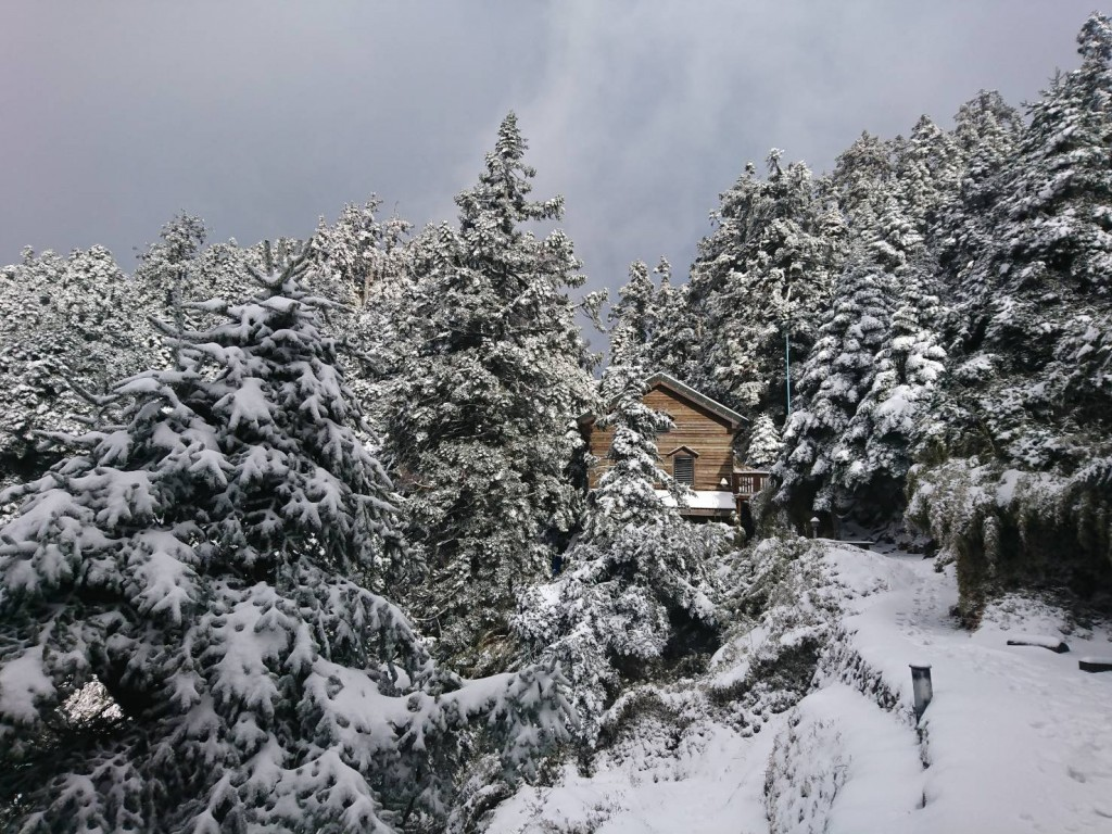 View from Paiyun Lodge on Yushan. (Central Weather Bureau photo)