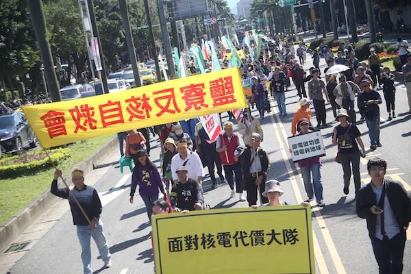 三一一廢核大遊行11日下午在凱道登場,主軸為「面對核電代價、翻轉能源未來」,主辦單位預估約有2000人參與遊行,為廢核發聲。