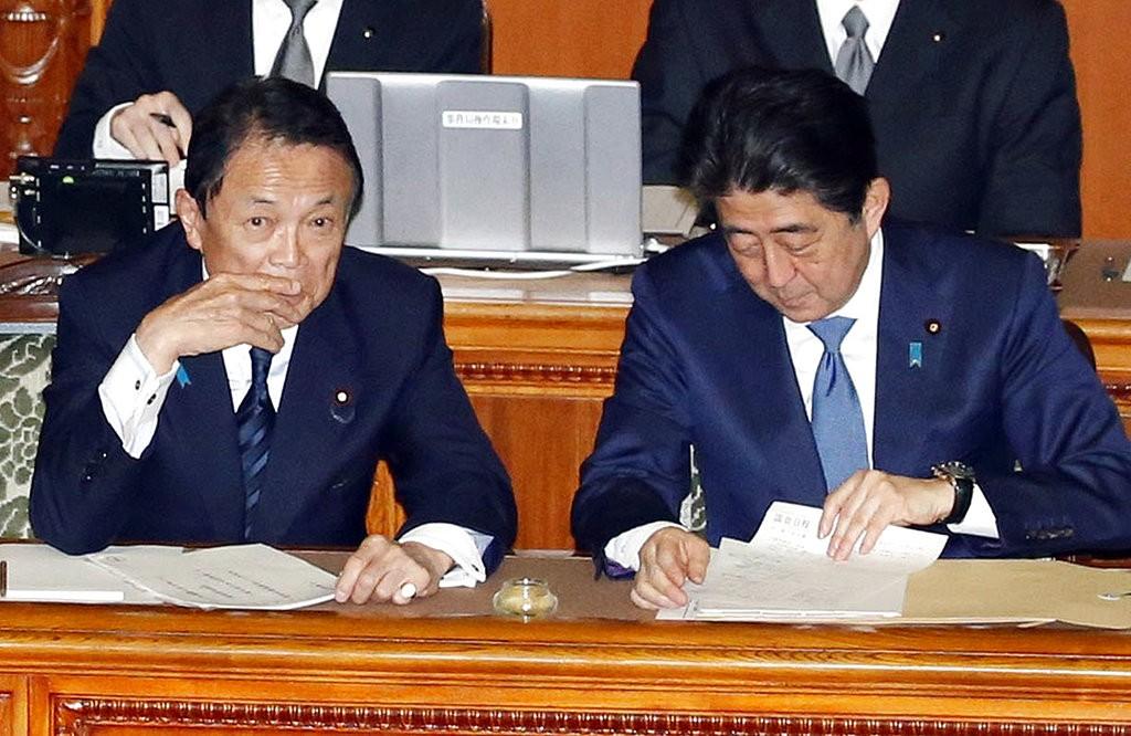 財務大臣麻生太郎(左)和首相安倍晉三(右)(圖片來源:美聯社)