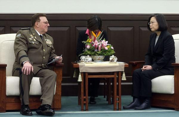 總統蔡英文(右)12日接見尼加拉瓜三軍總司令阿比烈斯(左),感謝他推動雙邊軍事合作,並期盼在兩國緊密互動之下,有更多合作交流,深化兩國邦誼