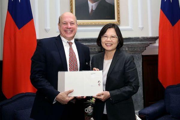 Matthew J. Matthews, U.S. senior official for APEC meets Taiwan President Tsai Ing-wen in June 2016 (Photo courtesy of the Presidential Office)