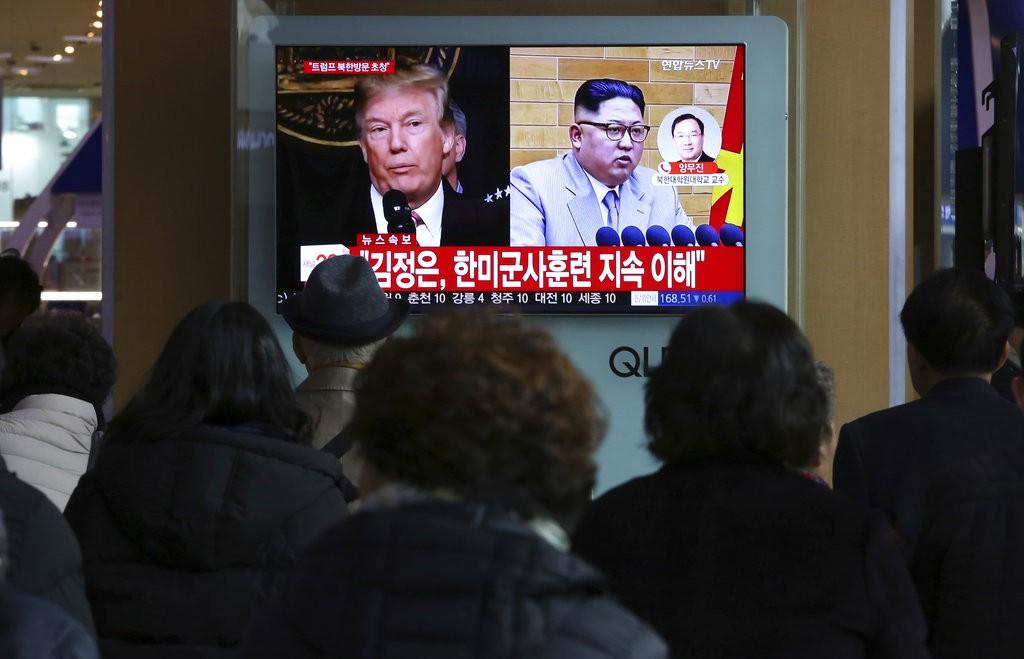 南韓電視報導川普(左)和金正恩(右)(圖片來源:美聯社)