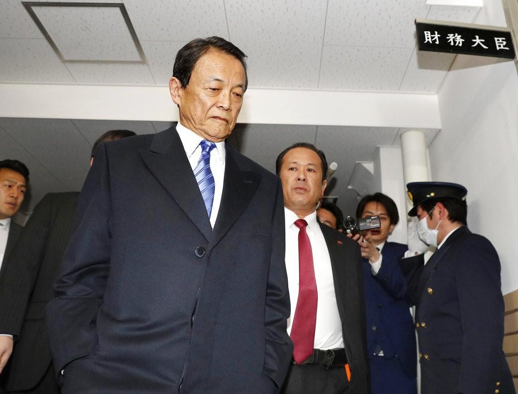 日本財務大臣麻生太郎抵達辦公室(圖片來源:美聯社)