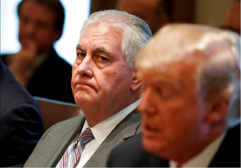 美國國務卿提勒森(中)突然被川普(右)炒魷魚 。美聯社