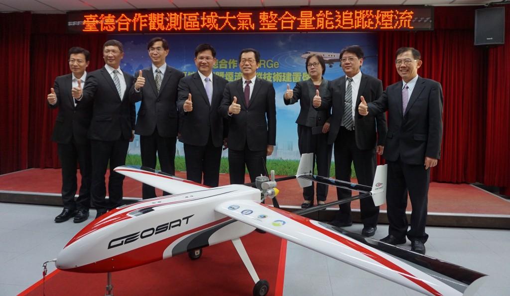 台中市長林佳龍(左四)、環保署長李應元(左五)。(照片由環保署提供)