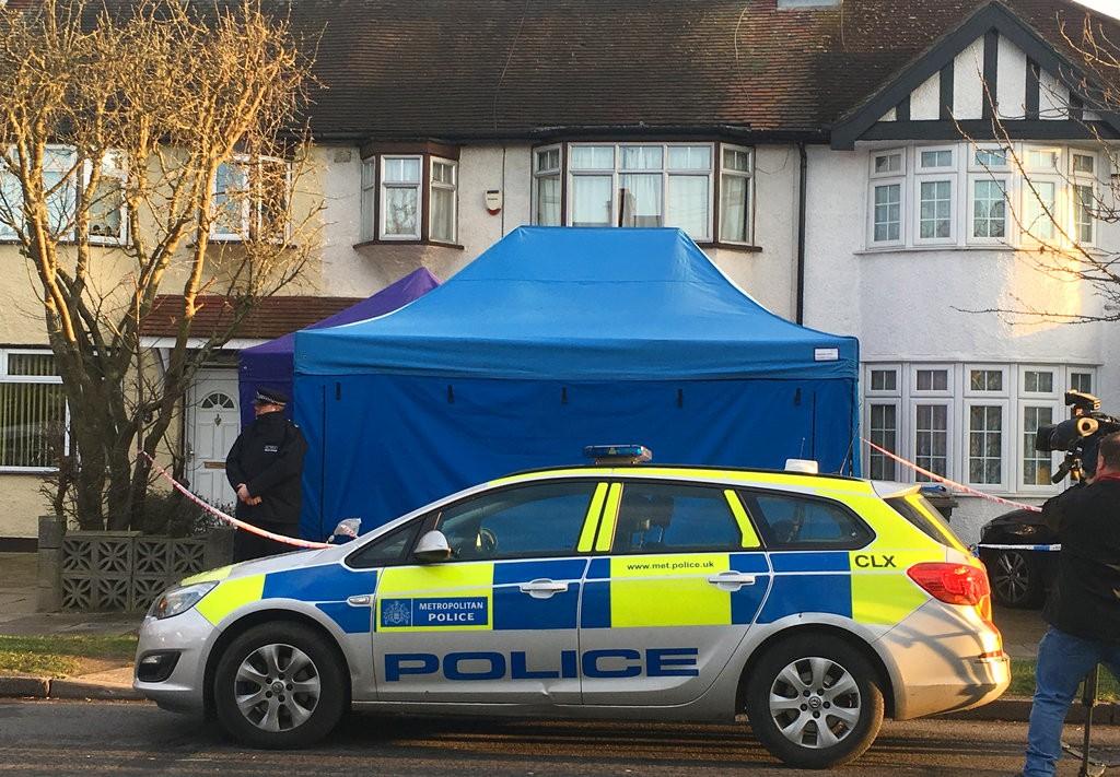 英國警方在古斯塔夫家門前調查(圖片來源:美聯社)
