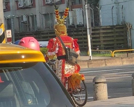 Monkey King spotted riding YouBike. (Photo from Breaking News Commune)