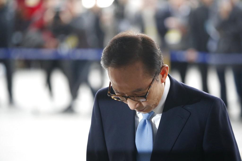 南韓前總統李明博在地檢署前致歉(圖片來源:美聯社)