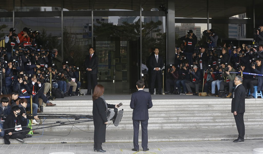 南韓前總統接連遭調查 李明博在地檢署前致歉