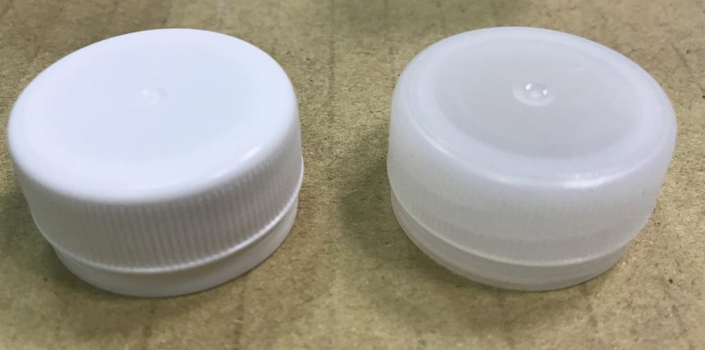 正版礦泉水瓶蓋為半透明(右),仿 冒則為乳白色(左)。