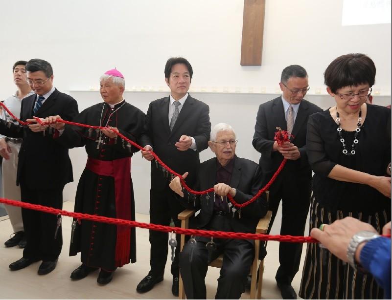 行政院長賴清德(左3)、天主教神父甘惠忠(坐者 )17日在台南市傳遞愛的鑰匙,共同見證伯利恆早療暨融合教育中心啟用。中央社
