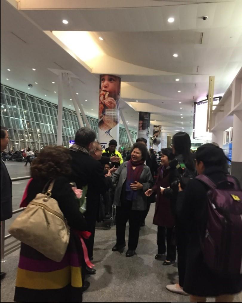 高雄市長陳菊(中)訪美,當地時間17日晚下午8點多(台北時間18日上午8時),抵達首站紐約。中央社