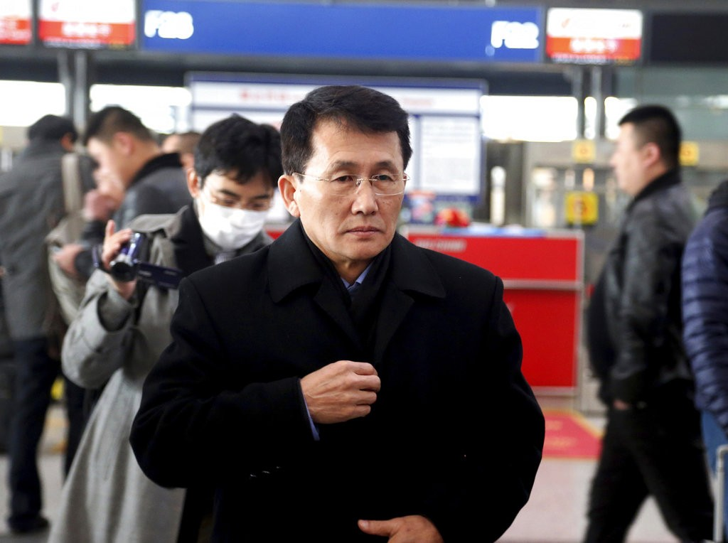 北韓外交部北美局副局長崔剛逸在北京首都國際機場等待轉機(圖片來源: 美聯社)