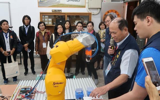 泰國技職署官員團,參訪大安高工機械手臂操作。翻攝教育部官網