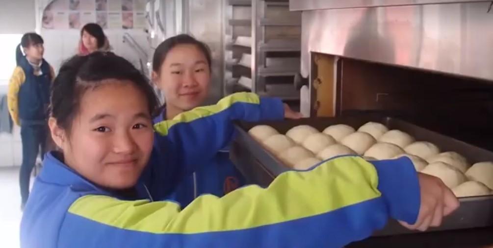彰化縣偏鄉小學透過國際扶輪3462地區的成材計劃,學習製作麵包(圖片翻攝自扶輪社3462區臉書)