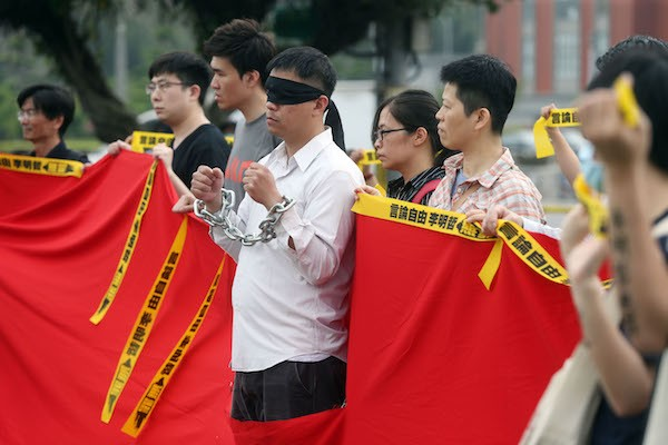 Civil groups gathered in front of the Presidential Office on Monday, calling the government to pay more attention to the imprisonment of Lee Ming-che.