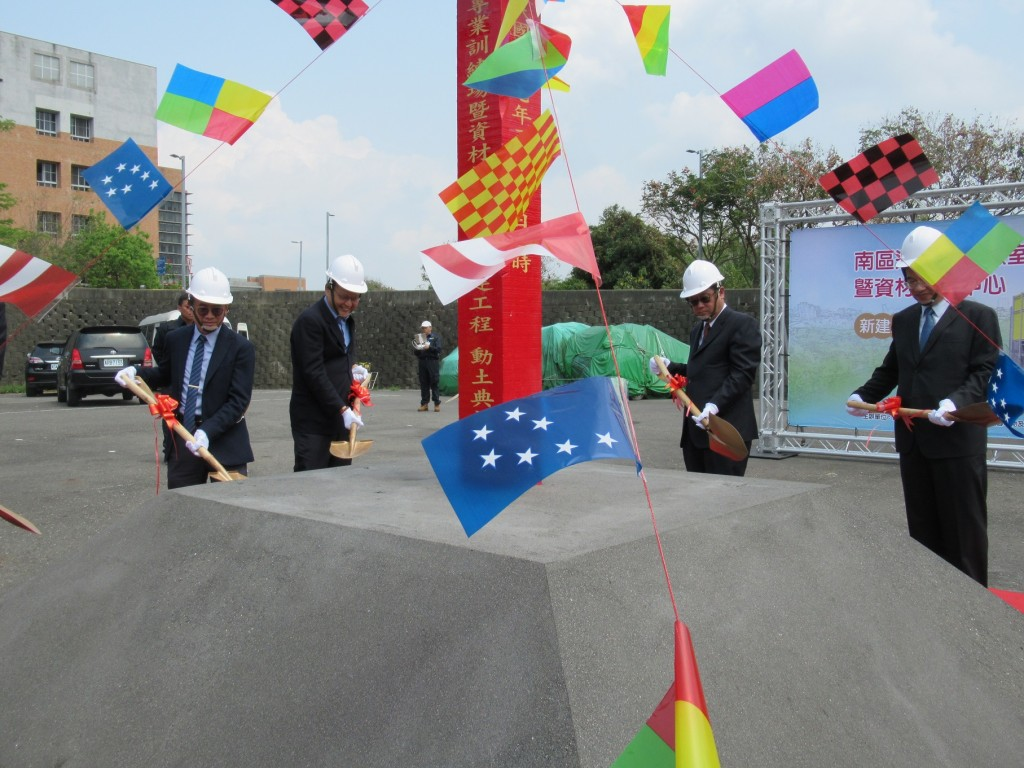 環保署副署長張子敬(右二)及謝燕儒局長(左2)動土奠基。(照片由環保署提供)