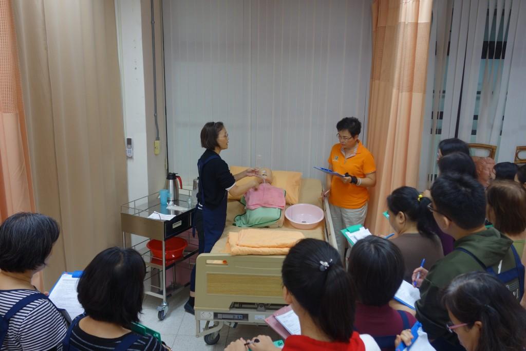 臺南市勞工局舉辦「照顧服務員職業訓練專班」,招收本國待業者,外籍配偶、新住民以及二次就業者參加,符合資格者,結訓後補助全額訓練費用。(圖片