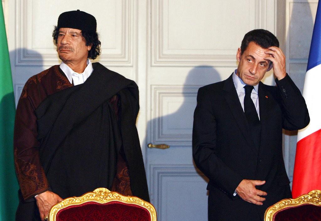 圖為2007年格達費(左)訪問法國時的照片(圖片來源:美聯社)