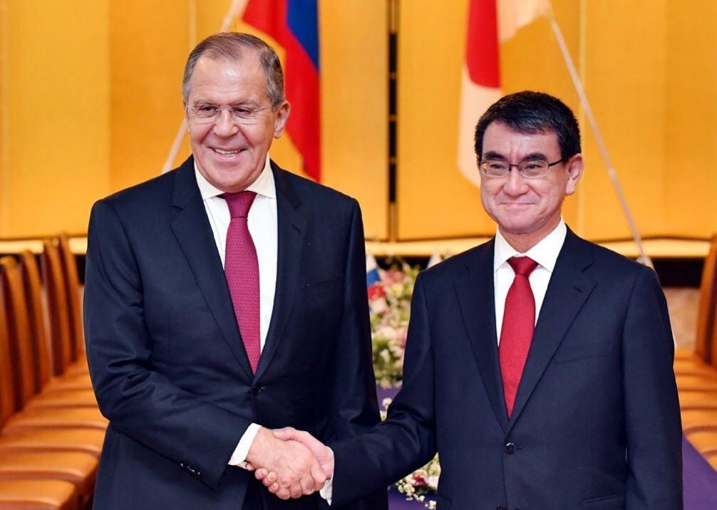 日本外務大臣河野太郎(左)和俄羅斯外長謝爾蓋·拉夫羅夫(右)(圖片來源:翻攝自河野太郎推特)