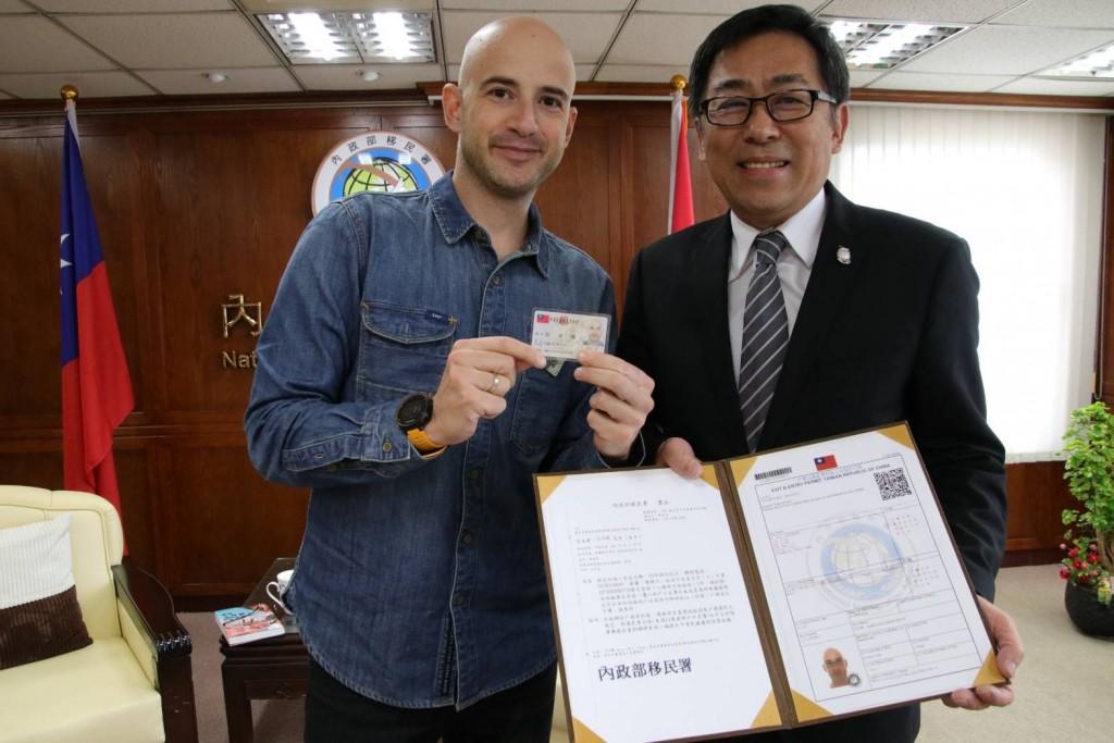 吳鳳(左)來臺12年,今日獲移民署頒發中華民國定居證及臺北市民政局所核發的中華民國身分證,成為臺灣人夢想成真了。右為移民署長楊家駿。(圖片