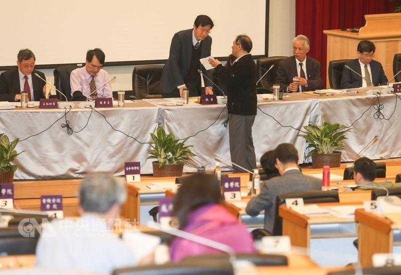 台灣大學24日上午召開臨時校務會議,討論校長遴選相關爭議。中央社