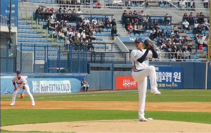 王維中24日在南韓職棒開幕賽投球英姿。中央社