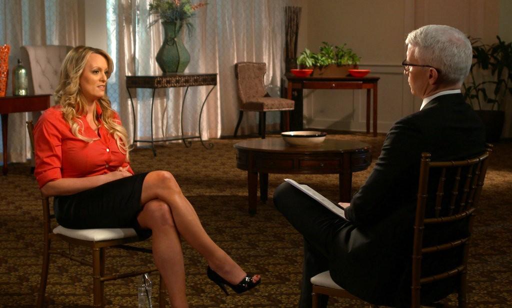 美國知名AV女星史多美·丹尼爾斯(左)出席哥倫比亞廣播公司(CBS)的節目(圖片來源:美聯社)