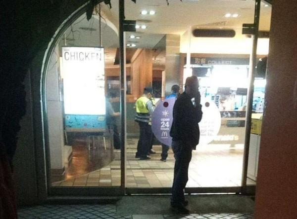 Scene outside McDonald's last night. (PTT image)