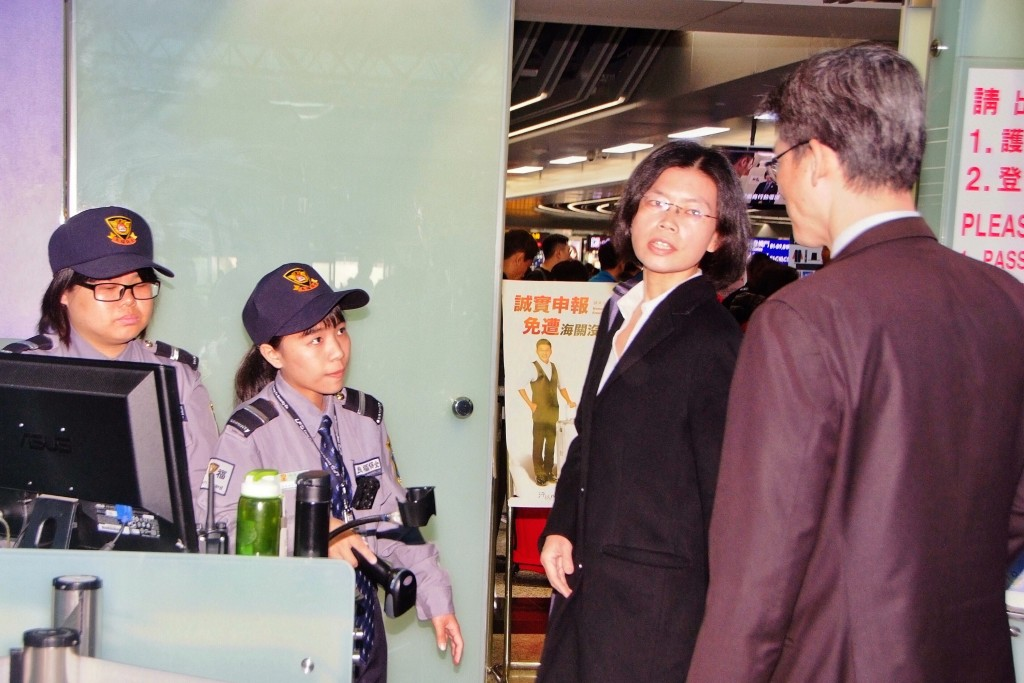 Lee Ching-yu prepares to fly to Changsha to visit her husband in prison.