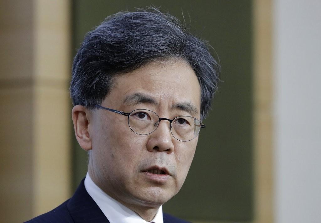 南韓産業通商資源部長金鉉宗,向記者説明南韓免除鋼鐵關稅(圖片來源:美聯社)