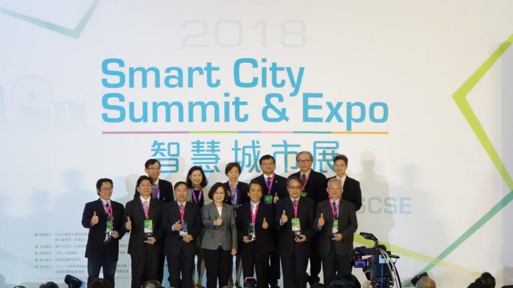 0327 蔡英文總統出席「第五屆智慧城市論壇暨展覽」並與其他縣市首長合影。