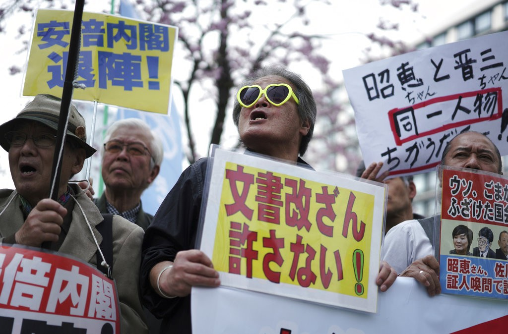 昨(27)日日本國會前抗議情形(圖片來源:美聯社)