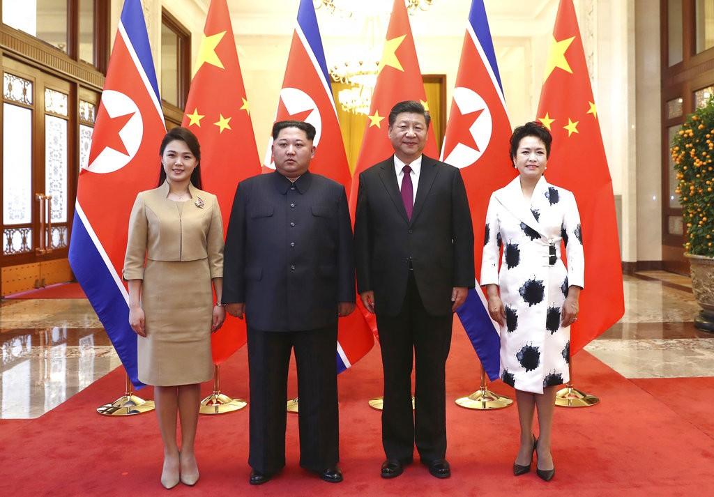 金正恩伉儷(左)與習近平伉儷(右)合照(圖片來源:新華社,美聯社提供)