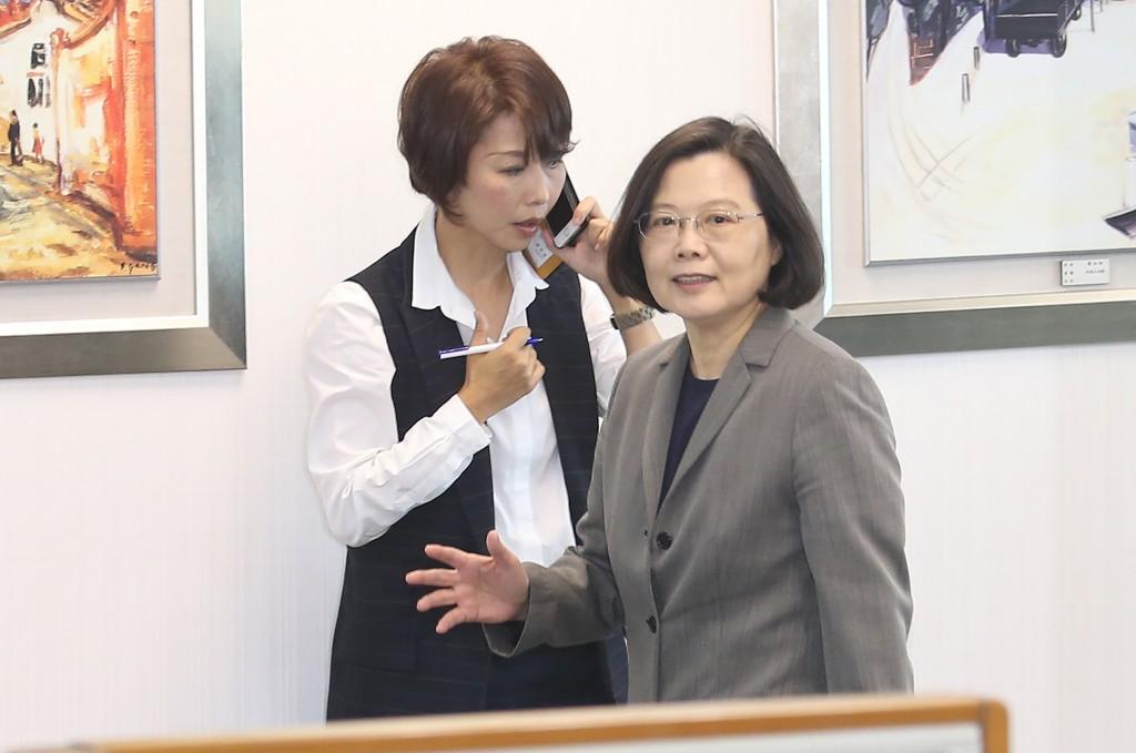 身兼民進黨主席的總統蔡英文(前)28日在民進黨中央 黨部出席中常會。中央社