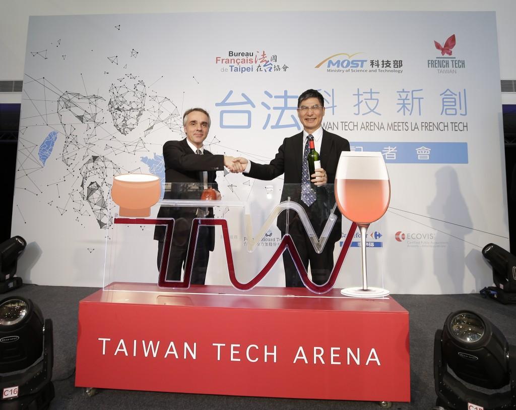 科技部長陳良基與法國在台協會主任紀博偉(Benoît Guidée)於台法科技新創文化融合焦點儀式合影。(照片由科技部提供)