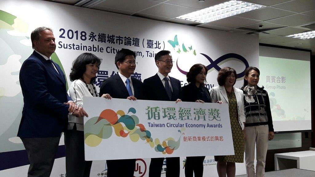 台中市長林佳龍(左三)、台灣永續能源研究基金會董事長簡又新(左四)