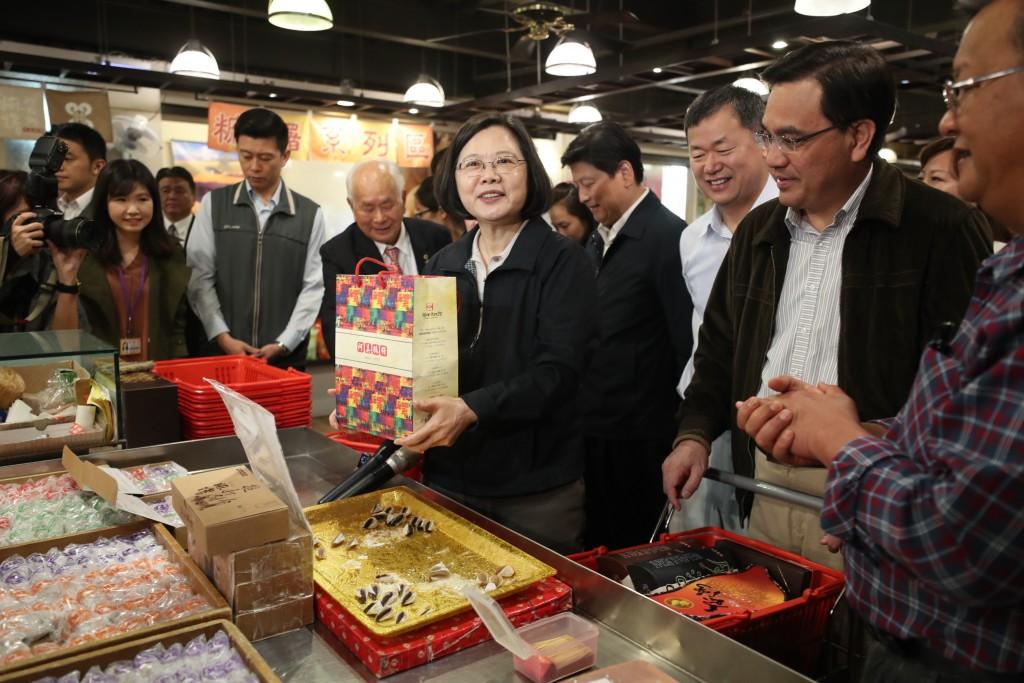 總統蔡英文(前中)30日赴花蓮訪視,第一站參訪阿美麻糬觀光工廠,到販賣部購買伴手禮,邀民眾共同到花蓮觀光消費。