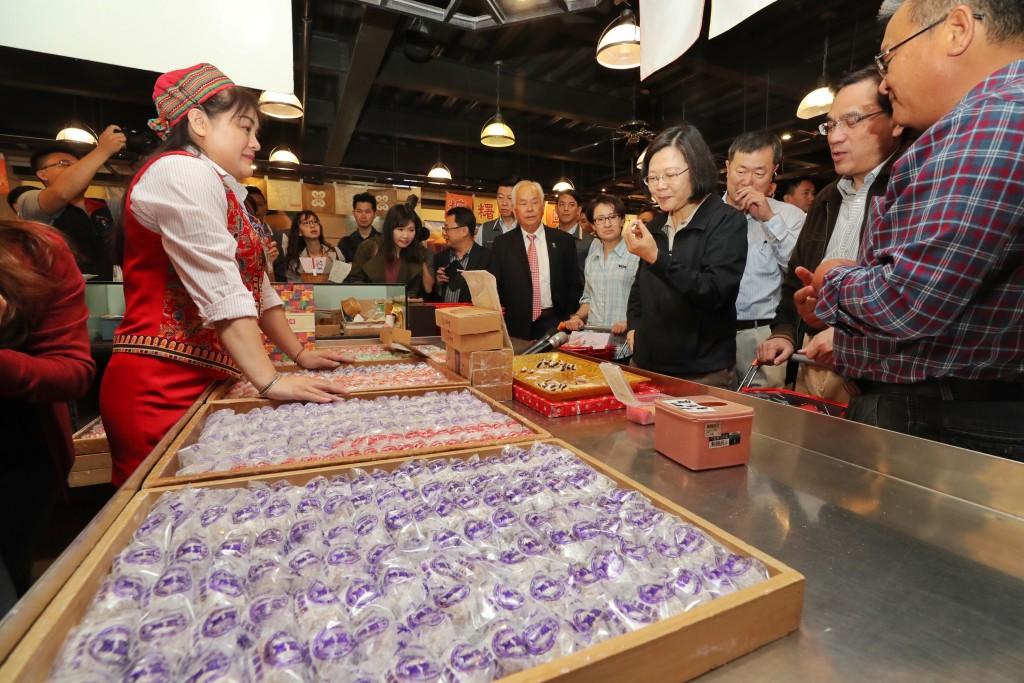 President Tsai splashes out on Hualien mochi.