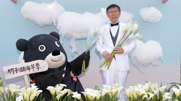 Bravo (left), Mayor Ko (right). (Facebook group @callalily.com.tw)