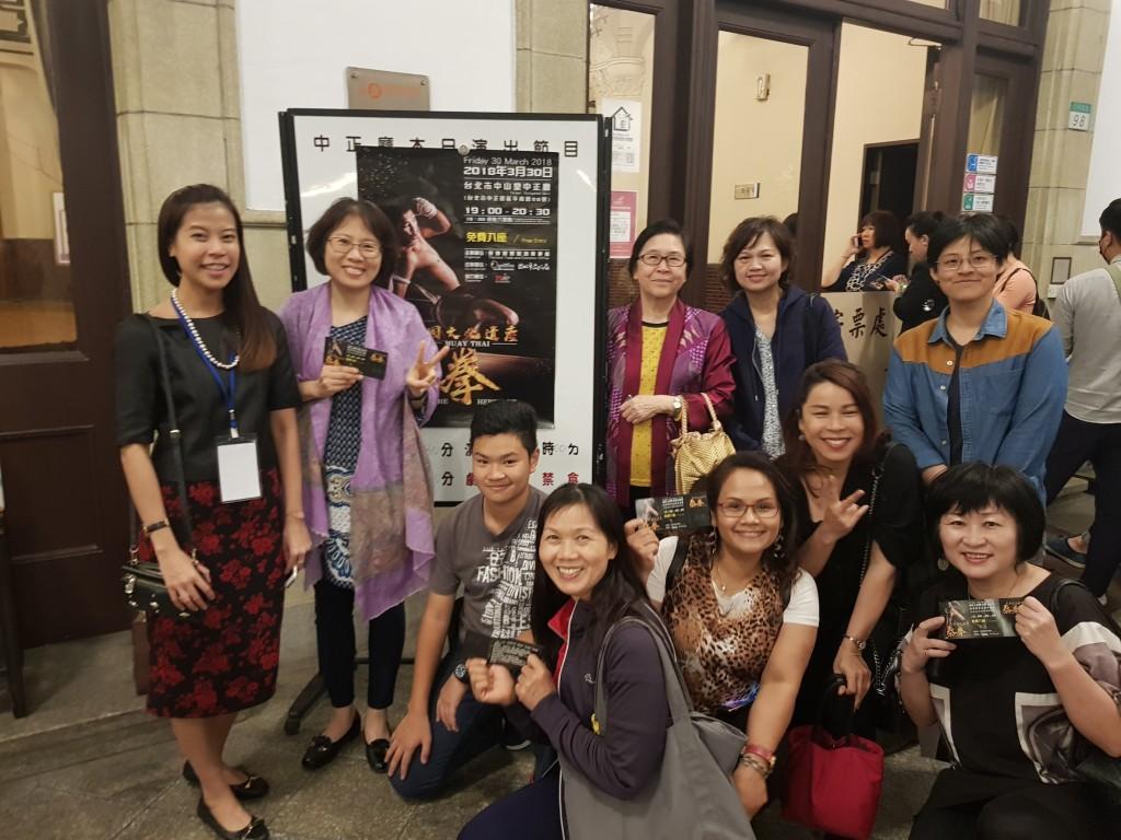 移民署臺北市服務站主任黃齡玉(左二)與新住民姊妹們及新二代一同欣賞泰拳藝術表演。(照片由移民署提供)