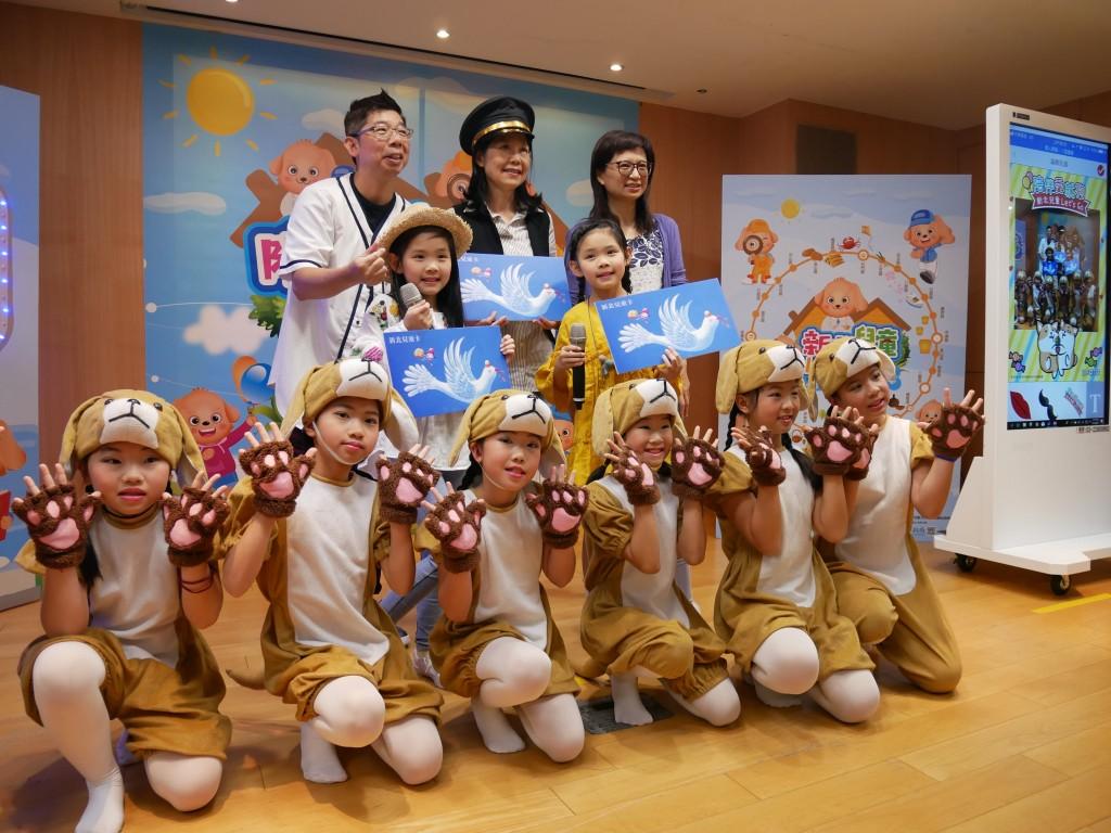 副市長、教育局黃靜怡副局長、建安國小舞團與左左右右及父親一同合照