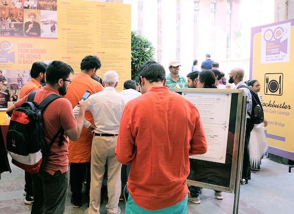 印度觀眾換票準備觀賞電影大佛普拉斯