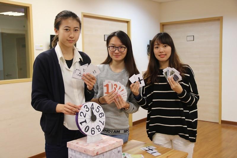 弘光護理系二技二年級學生自創「多功能認知訓練遊戲包」幫助失智老人。(弘光科大提供)