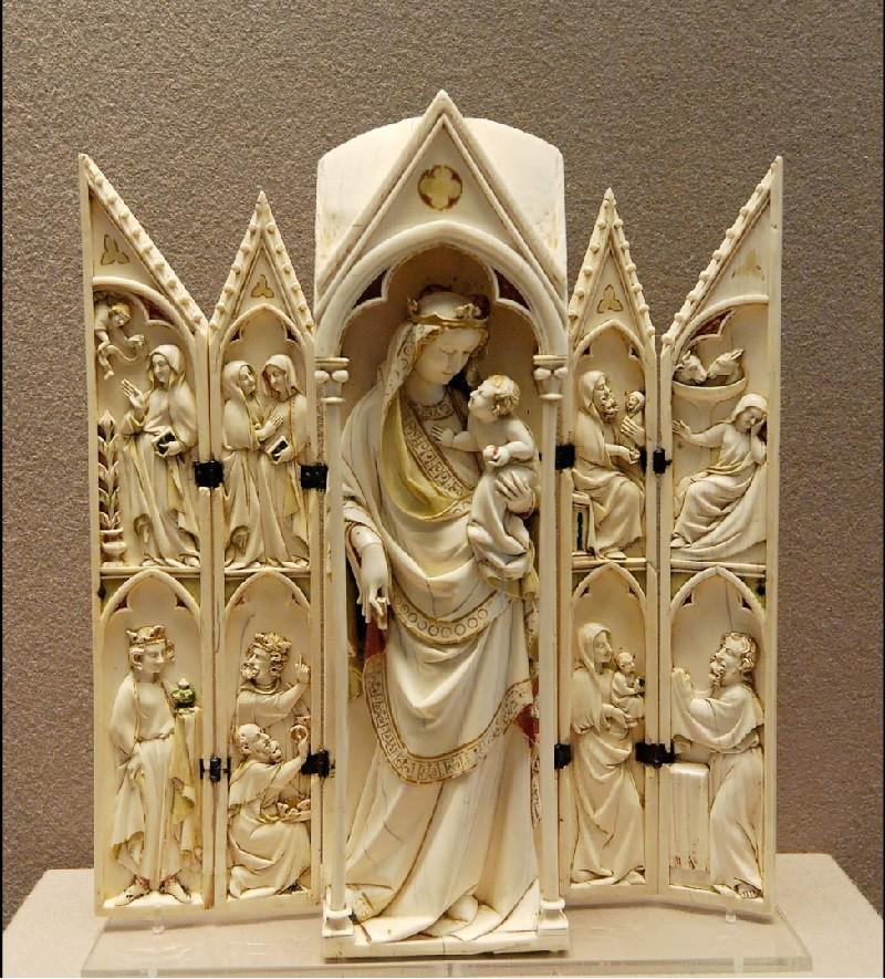 人類大量用象牙製作飾品或雕刻,使大象瀕臨滅絕。圖為法國羅浮宮內象牙雕刻神龕。 (By Marie-Lan Nguyen, 翻攝維基百科)