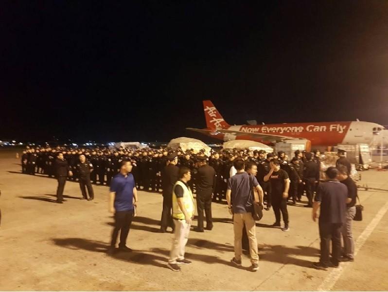 菲律賓政府3日晚間將78名台籍嫌犯交給中國公安,乘 天津航空公司包機4日清晨飛往天津。圖為150名中國公安準備作業。中央社
